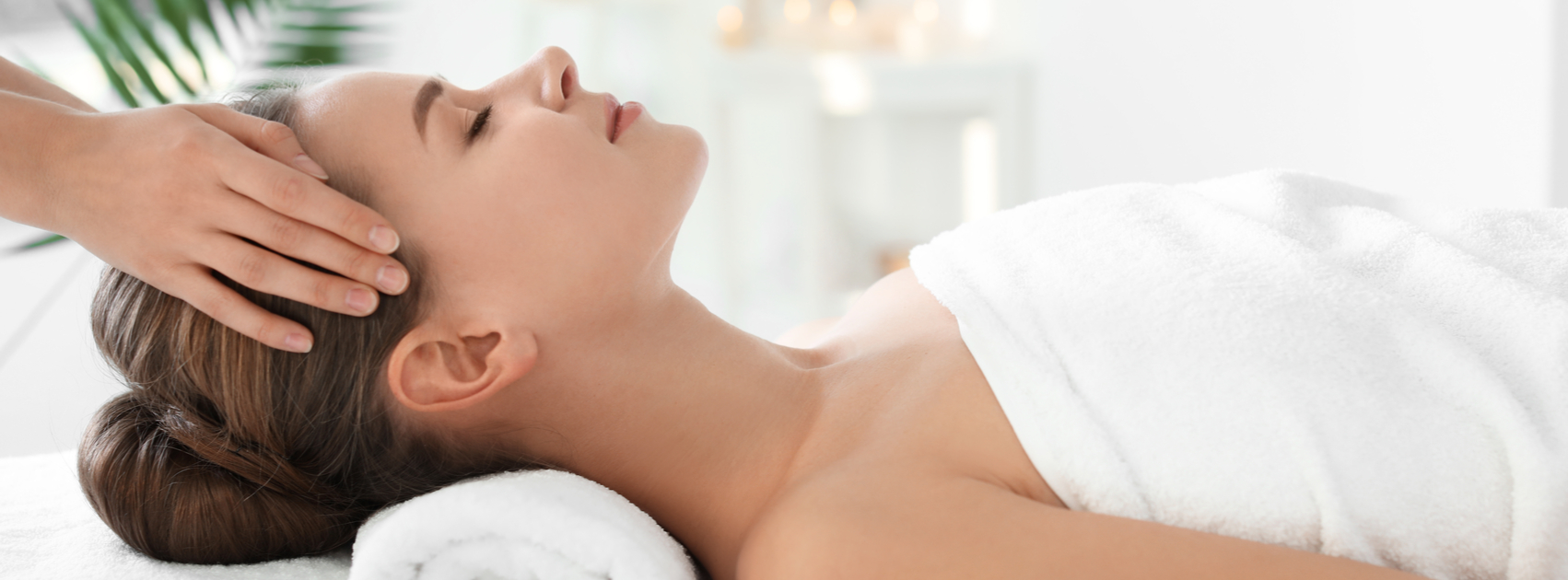 Mulher a fazer massagem abhyanga