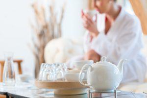 Mulher bebendo chá no spa