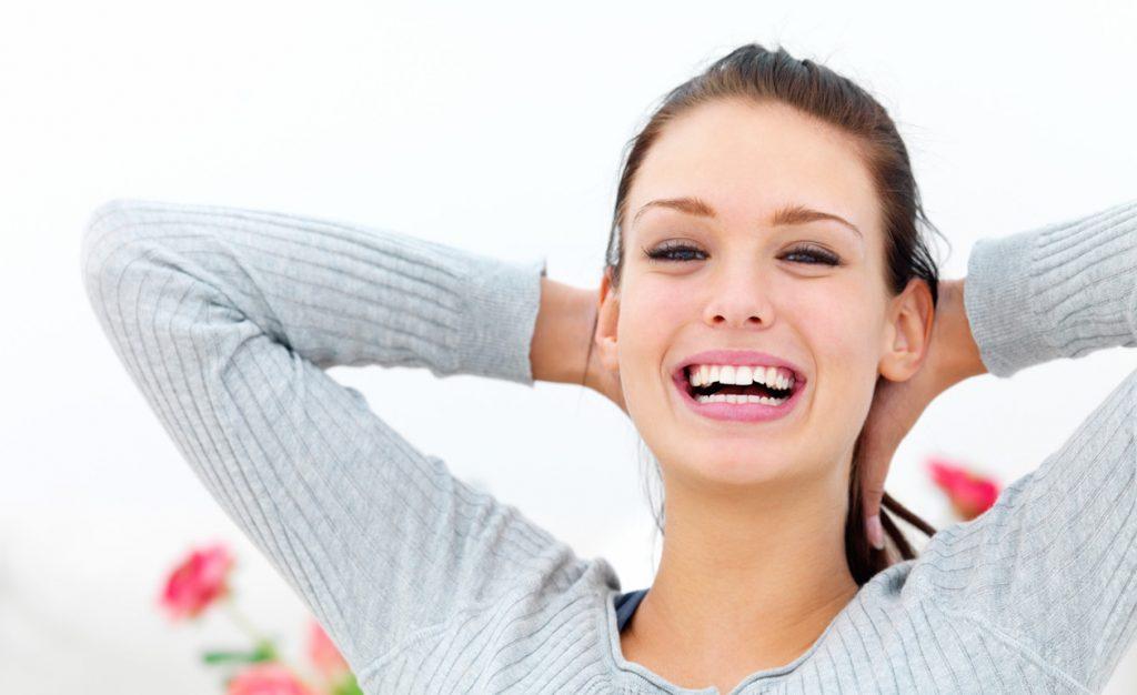 Mulher após consulta de hipnose clinica
